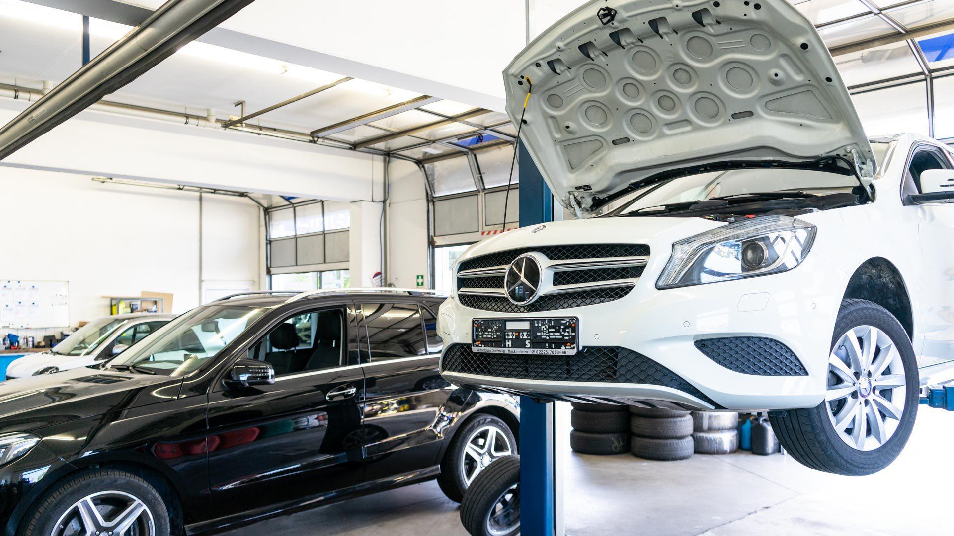 Aufgebockter Mercedes Benz in Werkstatt Obermeier