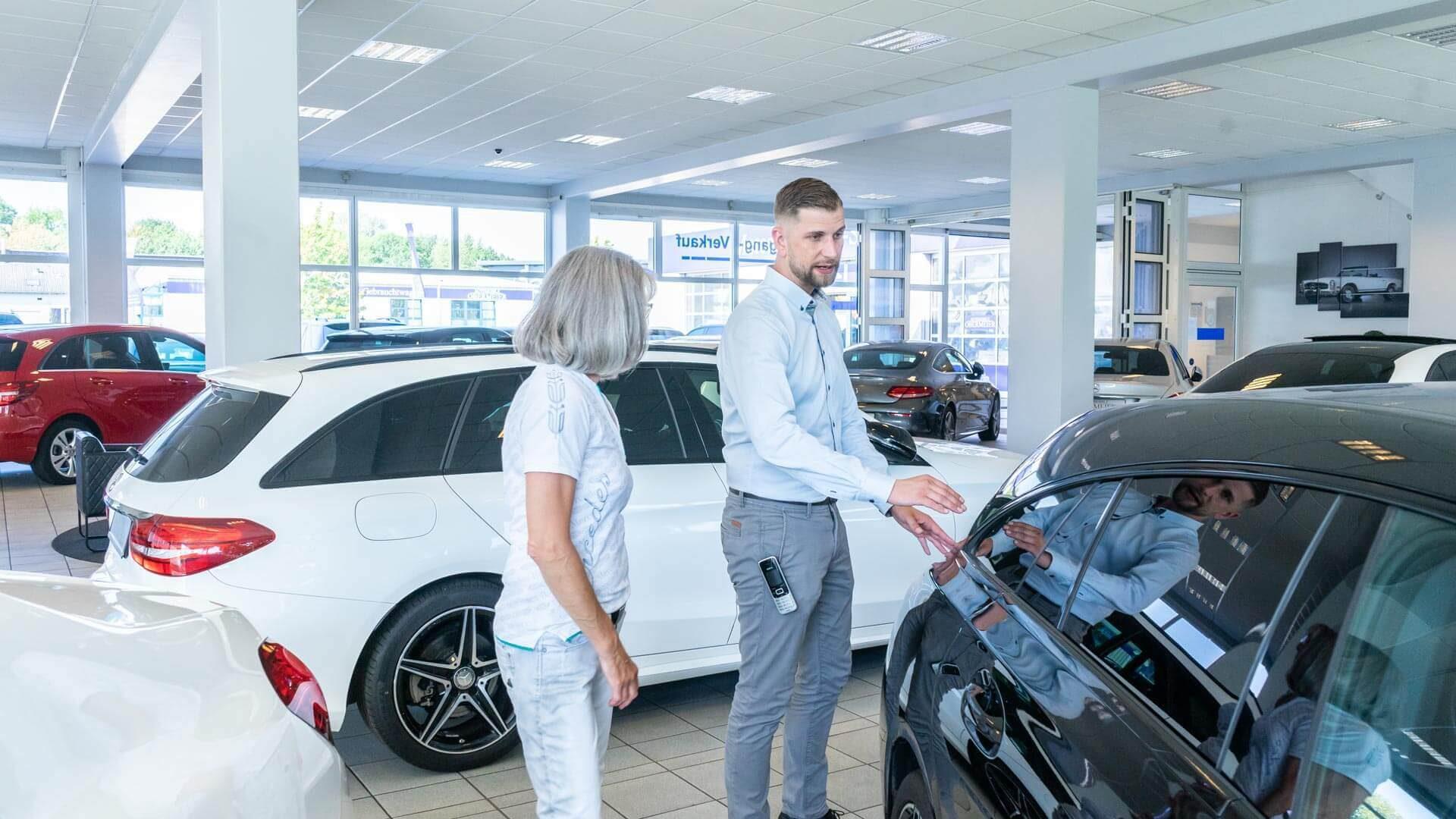 Kundengespräch vor Mercedes Gebrauchtwagen bei Automobile Obermeier in Meckenheim