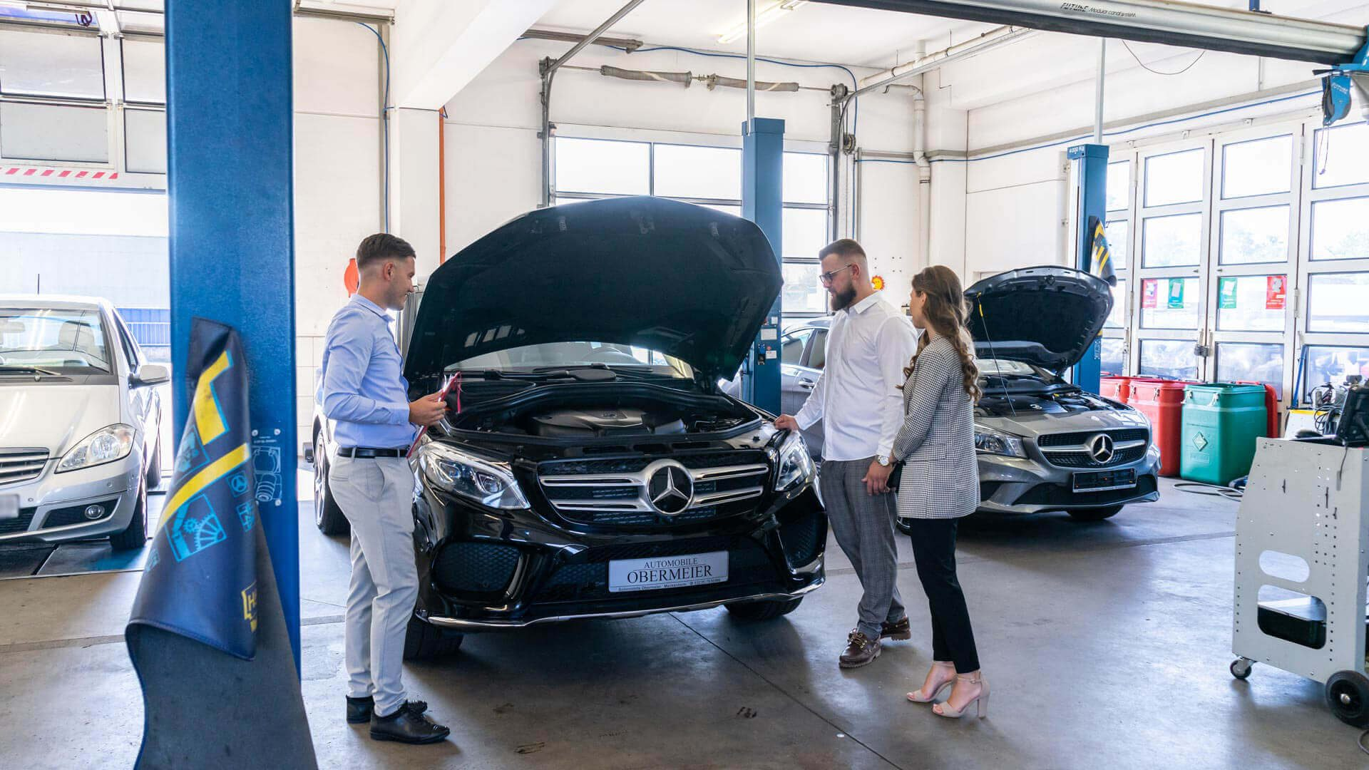 Kundengespräch in Werkstatt bei Automobile Obermeier in Meckenheim