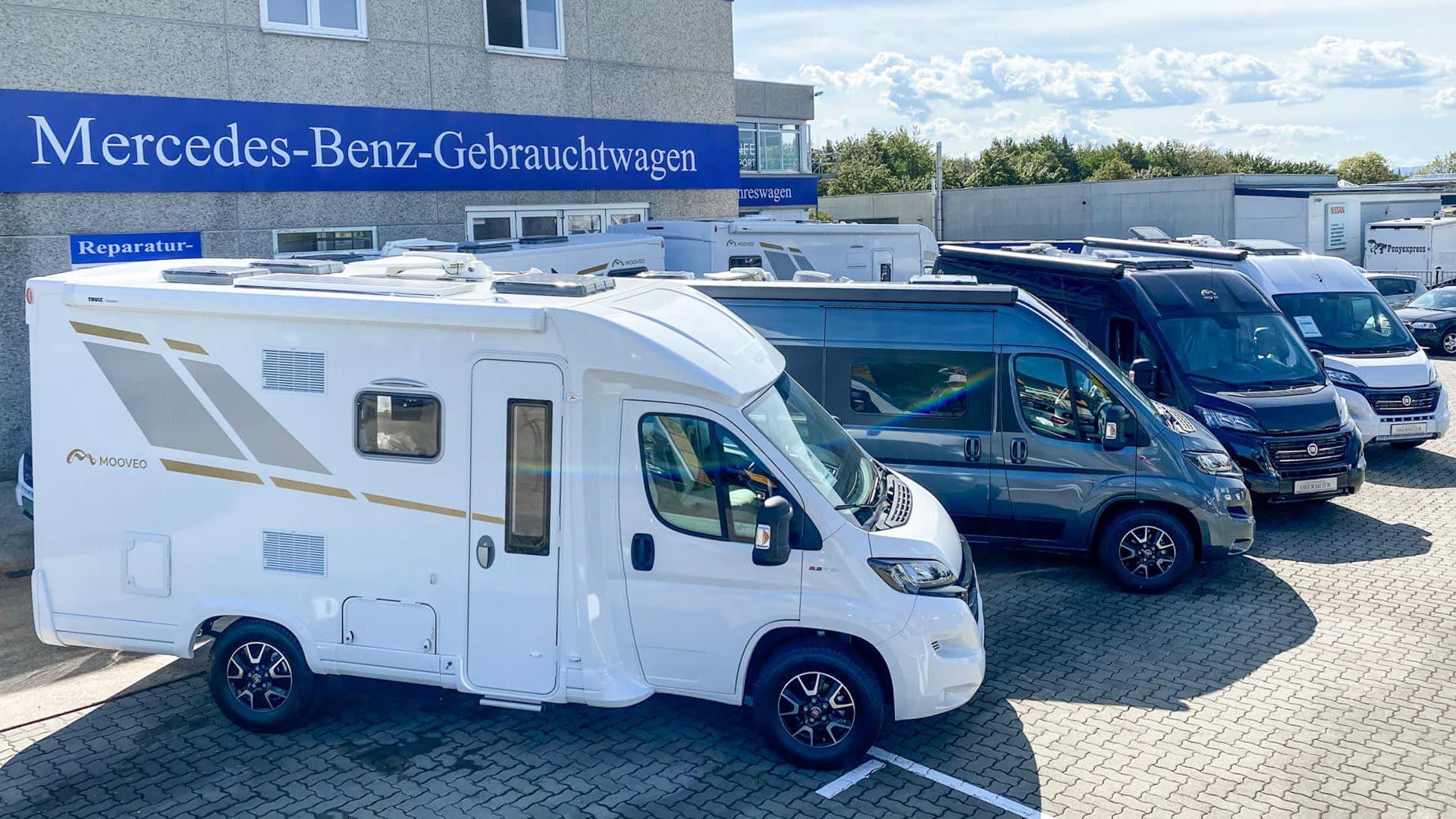 Mooveo Wohnmobile vor dem Autohaus Automobile Obermeier in Meckenheim