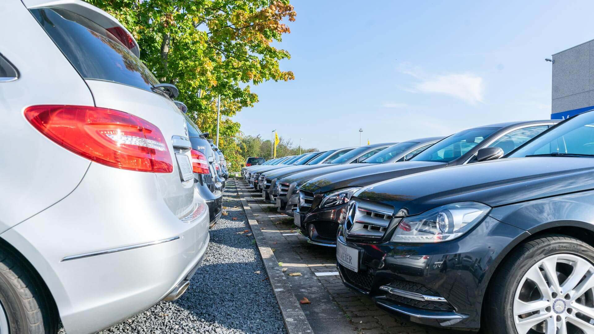 Aufgereihte Gebrauchtfahrzeuge von Mercedes Benz vor Automobile Obermeier Gebäude
