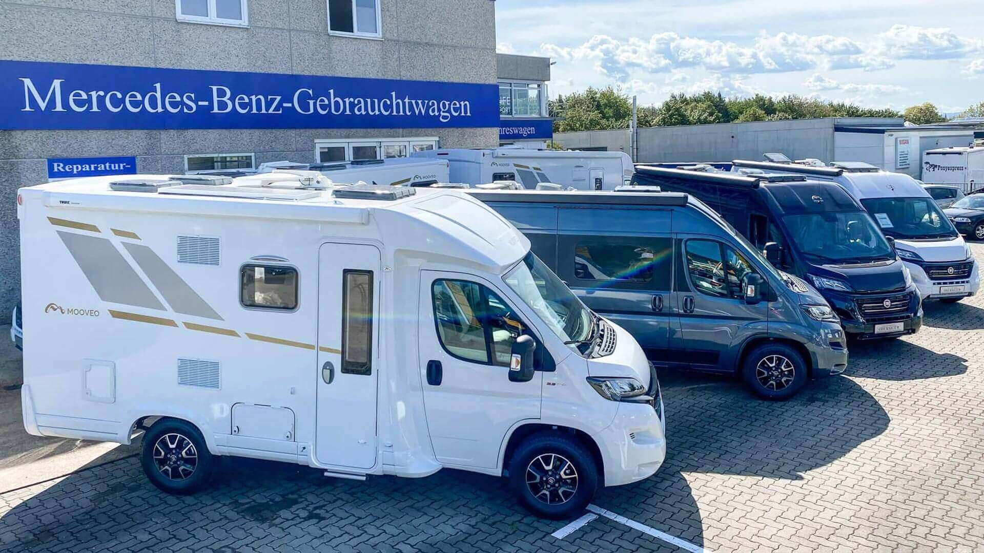 Aufgereihte Mooveo-Wohnmobile im Außenbereich bei Automobile Obermeier in Meckenheim