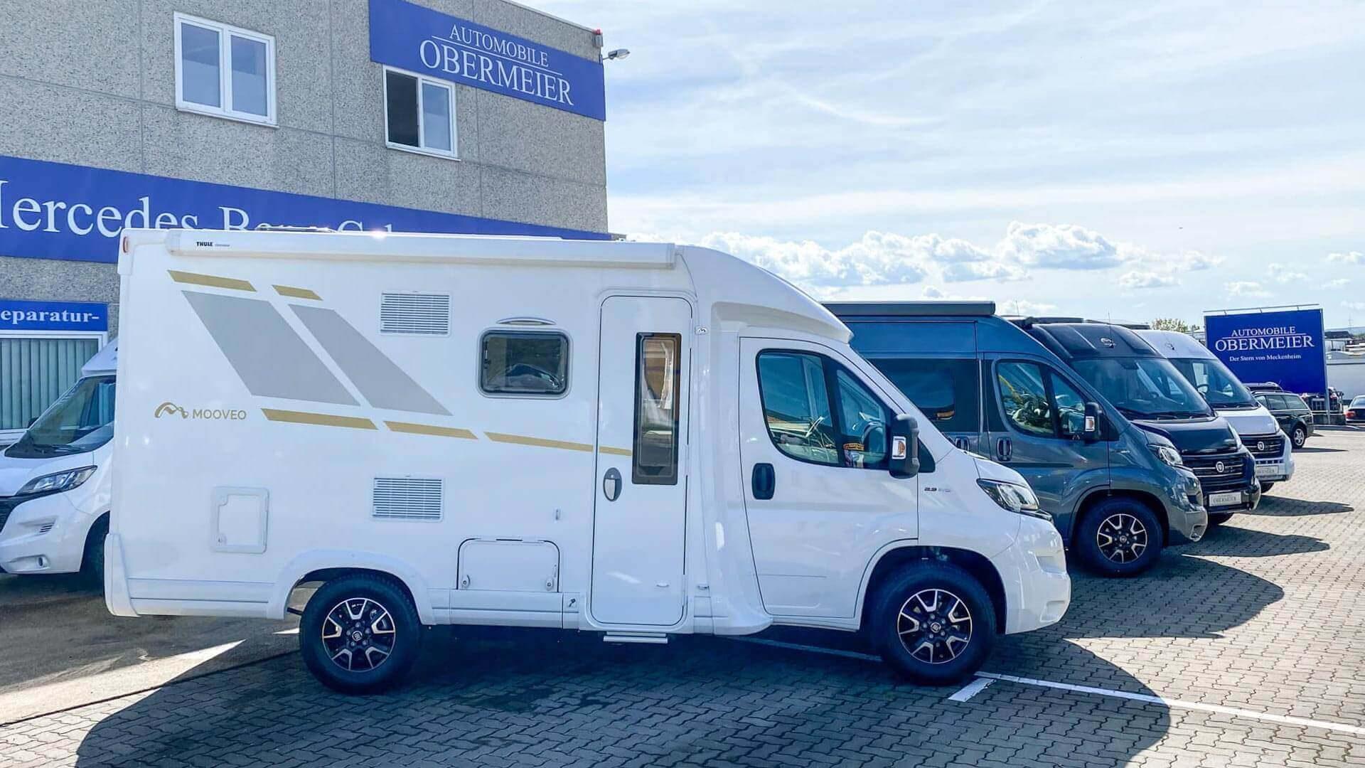 Weißes Mooveo-Wohnmobil im Außenbereich bei Automobile Obermeier in Meckenheim