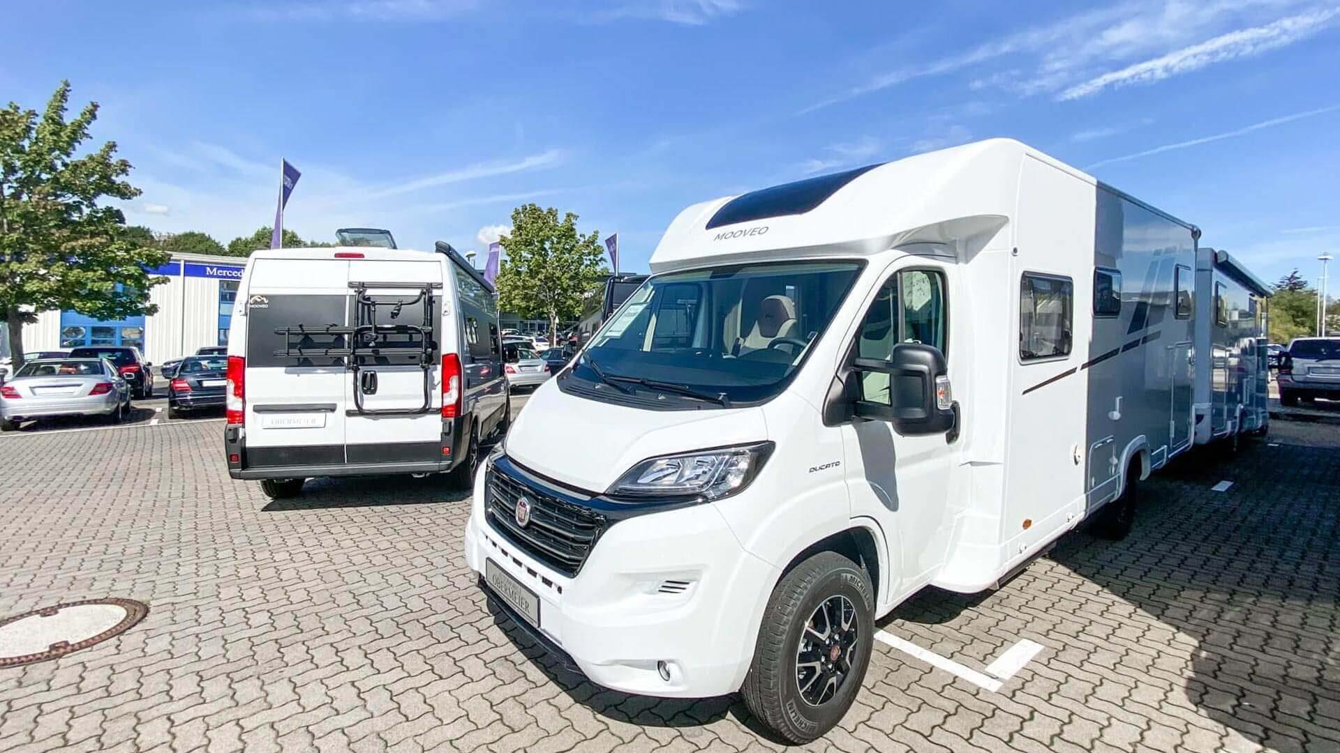 Zwei Mooveo-Wohnmobile im Außenbereich bei Automobile Obermeier in Meckenheim